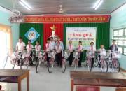 """Tổ chức trao tặng """"Xe đạp tiếp sức đến trường""""cho học sinh nghèo"""
